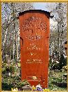 Wie der Stammbaum einer Familie gewachsen, unter diesem Grabzeichen ruhen die Verstorbenen. Das Grabmal aus Eiche mit Lebensbaum, Friedhof Muenchen zu besichtigen, ist ein ein 180 cm hjohes Grabmal aus Eiche, auch als Grabmal aus Edelholz.