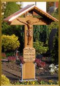 Repraesentatives Grabmal mit fast zwei Metern Hoehe auf dem Friedhof in Koeln. Ein Barock Kreuz oder Barockes Holzgrabkreuz das fuer ein Familiengrab, im Schatten der katholischen Kirche, Grabstaette fuer viele Generationen, Ort zum Abschied nehmen, zur Trauerbewaeltigung.